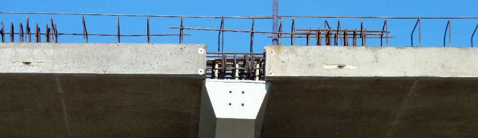 dalles sur le tablier du pont de la rivi re saint etienne. Black Bedroom Furniture Sets. Home Design Ideas